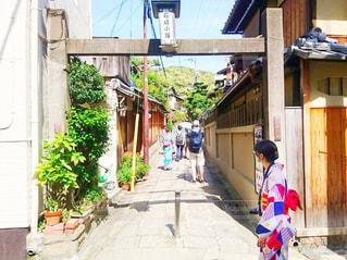 石塀小路の入り口に立つ浴衣姿の女性の写真・画像素材[2923041]