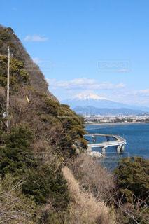 山肌と海と富士山の写真・画像素材[2661496]