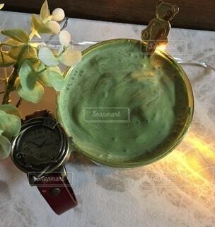 テーブルの上にガラスのボウルの写真・画像素材[3692369]