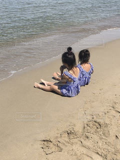 砂浜に座っている人の写真・画像素材[2682372]