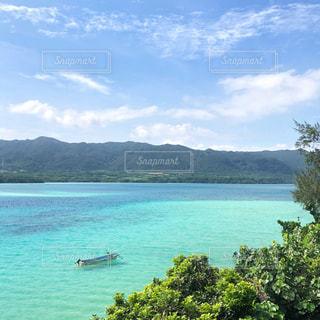 綺麗な湖に浮かぶボートの写真・画像素材[2447415]
