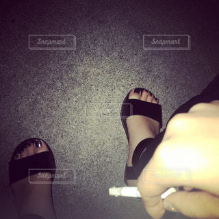 夜に一人で吸うタバコの写真・画像素材[2666895]
