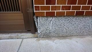 ヒビ割れのコンクリートの写真・画像素材[2697414]