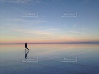 朝焼けのウユニ塩湖の写真・画像素材[2668521]