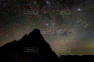 槍ヶ岳と星空の写真・画像素材[2677507]
