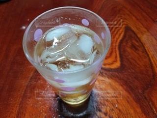 木製のテーブルの上に座っているグラスの写真・画像素材[3509873]
