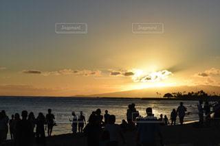夕日とそれを眺める人のシルエットの写真・画像素材[2682793]