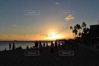 ハワイのサンセットとそれを眺める人のシルエットの写真・画像素材[2682794]