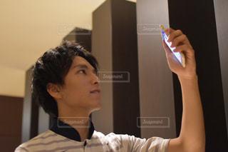 スマホを見る若い男性の写真・画像素材[2682835]