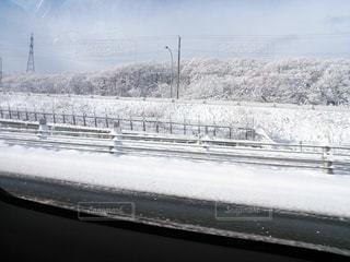 車窓の雪景色の写真・画像素材[2678726]