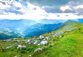 カルストから臨む山々の写真・画像素材[2723424]