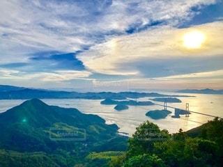 大きな山と海と太陽眺めの写真・画像素材[2728432]