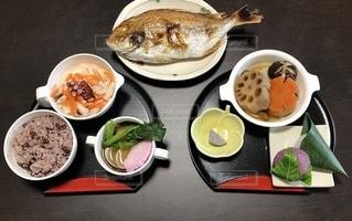 テーブルの上の皿の上の食べ物のボウルの写真・画像素材[2735520]