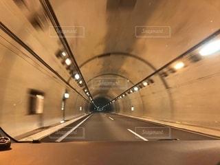 高速にてトンネルを走るの写真・画像素材[2744101]