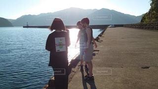 水の体の前に立っている人の写真・画像素材[4874528]