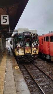 建物の上に座っている電車の写真・画像素材[4904466]