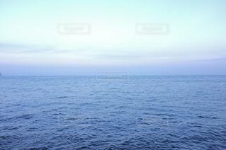 夏の夕暮れの海の写真・画像素材[2684652]
