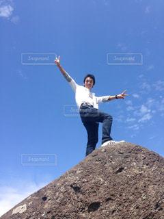 岩の上でピースの写真・画像素材[2754401]