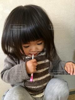 小さな女の子が歯みがきをしているの写真・画像素材[2784779]