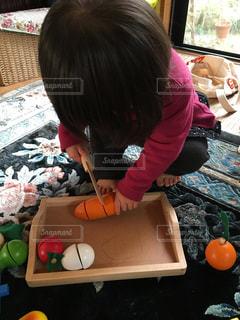 ままごとをしている小さな女の子の写真・画像素材[2799013]