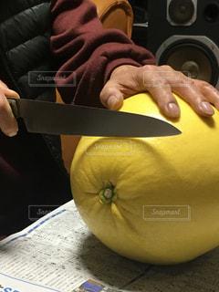 晩白柚を切りまーすの写真・画像素材[2902575]