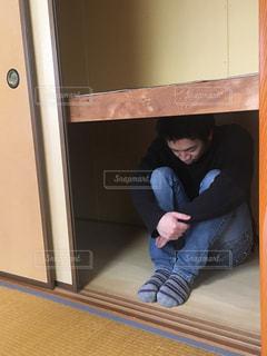 押入れに座っている人の写真・画像素材[2956785]