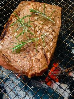 大きな牛肉の炭火焼きバーベキューの写真・画像素材[2974423]