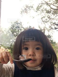 女の子が氷をスプーンですくったの写真・画像素材[3007654]