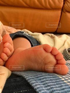 お昼寝する子の足の写真・画像素材[3051766]