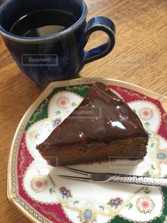 コーヒーを一杯とチョコレートケーキの写真・画像素材[3149597]