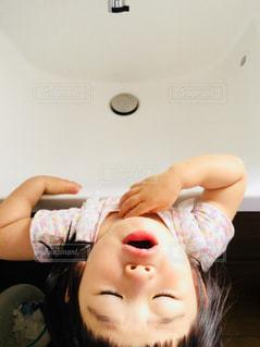 うがいをする女の子の写真・画像素材[3194289]