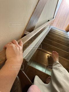 部屋の階段を降りる人の写真・画像素材[3667565]