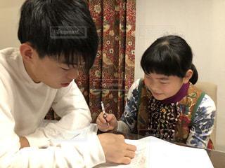 宿題をしている兄と妹の写真・画像素材[2846469]