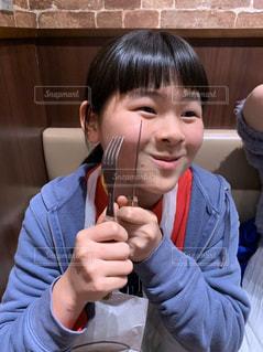 テーブルに座っている女の子の写真・画像素材[2892866]