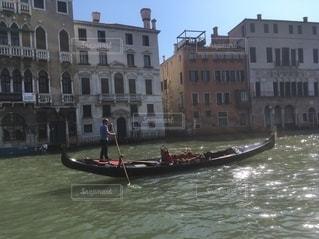 都市を背景にした水域の小さなボートの写真・画像素材[2705765]