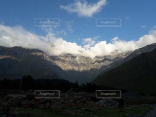 雪に覆われた山の写真・画像素材[2683077]