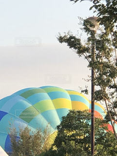ふくらむ気球の写真・画像素材[2683587]