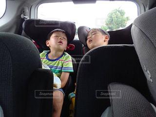 車で眠った子どもたちの写真・画像素材[2685209]