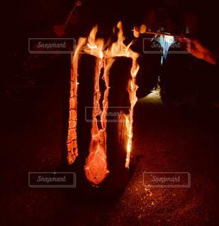 伝統の焚き火『スウェーデントーチ』の写真・画像素材[2685547]