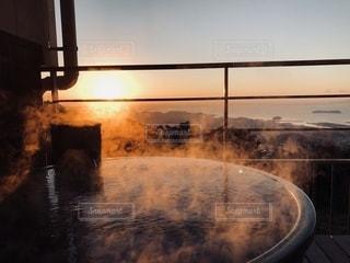 日の出と露天風呂の写真・画像素材[2734244]