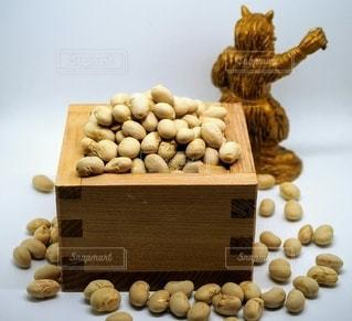 2月3日の 節分の日の豆まきと逃げる鬼の写真・画像素材[2898078]