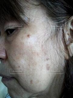 50代後半の女性のシニアタオル実のある顔のクローズアップの写真・画像素材[3670832]