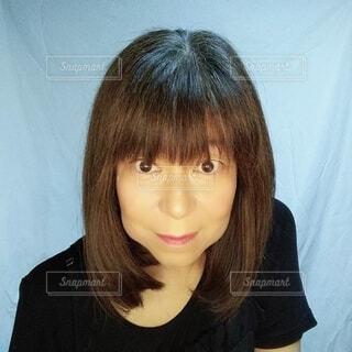 鏡を見る59歳の日本人女性の写真・画像素材[3683369]