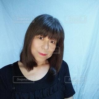 少し微笑む59歳の日本人女性の写真・画像素材[3683424]