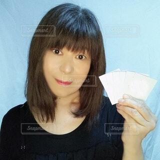 コスメのサンプルを手に持つ50代の日本人女性の写真・画像素材[3686294]