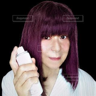 スプレーを手に持って使用する60歳の日本人女性の写真・画像素材[3699133]