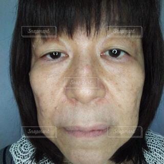 疲れている60歳の日本人女性の顔のクローズアップの写真・画像素材[3728707]