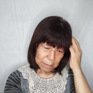 将来に不安を抱えて悩む60歳の日本人女性の写真・画像素材[3728703]
