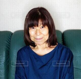 前を向いた青いトレーナーの60歳の女性のポートレートの写真・画像素材[3756596]