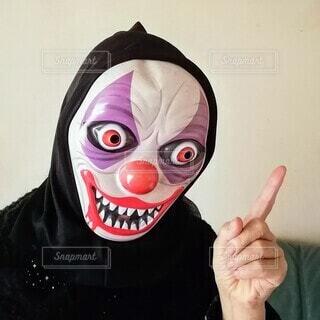 ポーズを取るマスクをかぶった怪人の写真・画像素材[3772625]